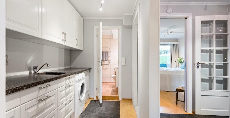 """Praktisk vaskerom/""""grovkjløkken"""" - tilbaketrukket og fint plassert mellom soverommene, badet og walk-in-closet"""