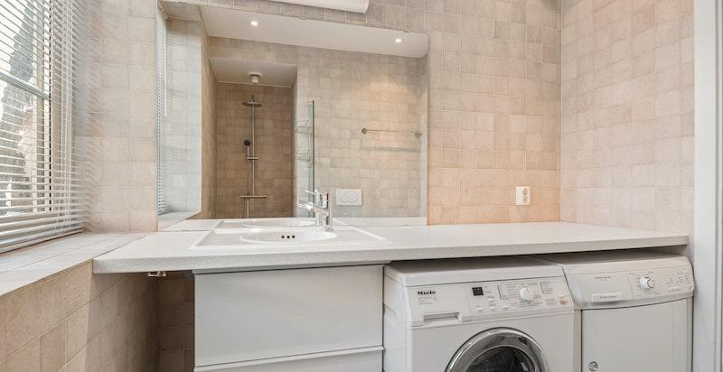 Mot vasken med benk og vaskemaskin/ tørketommel