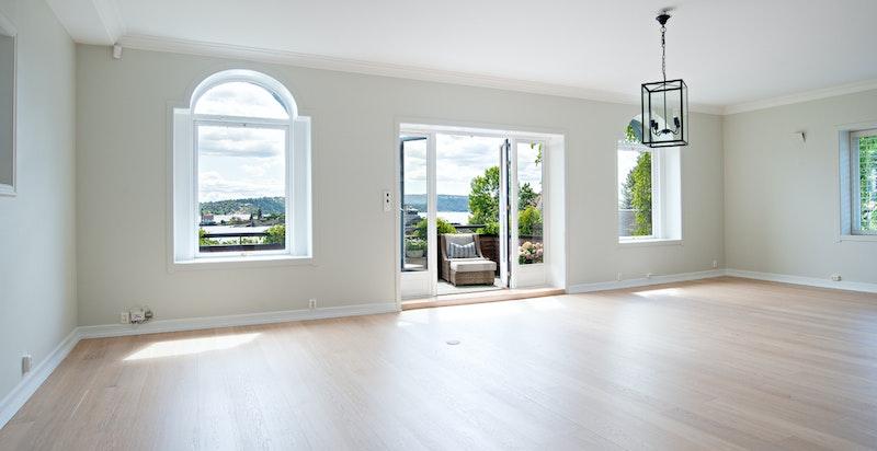 Stuen med mange vinduer