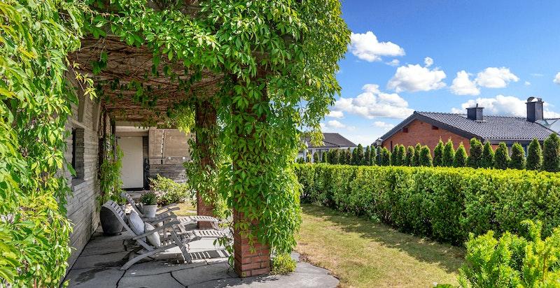 Fra den idylliske hagedelen med terrasse