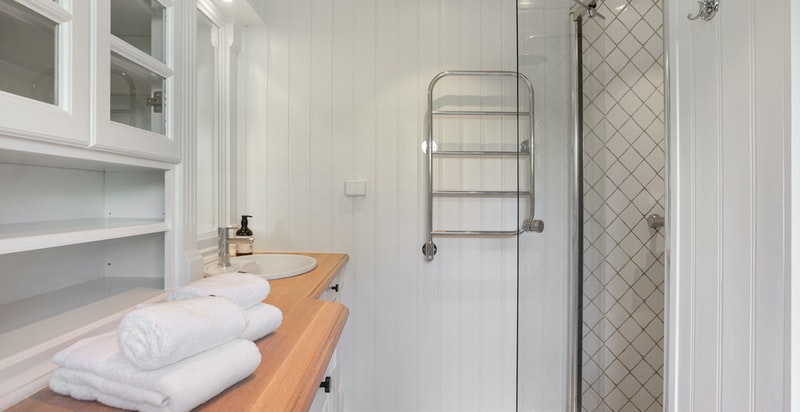 Dusjbadet/wc med direkte adkomst fra hovedsoverommet