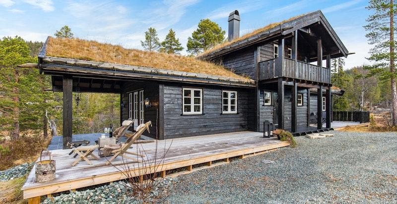 Terrasse på begge sider av hytta, delvis overbygget ved stuesiden.