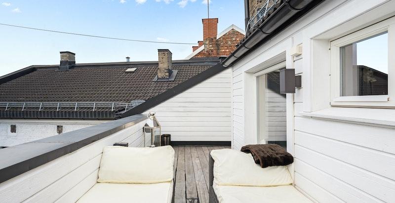 Terrassen har pen utebelysning og lekkert kebonygulv, vedlikeholdsfritt. Terrassen ble renovert med ny membran i 2009