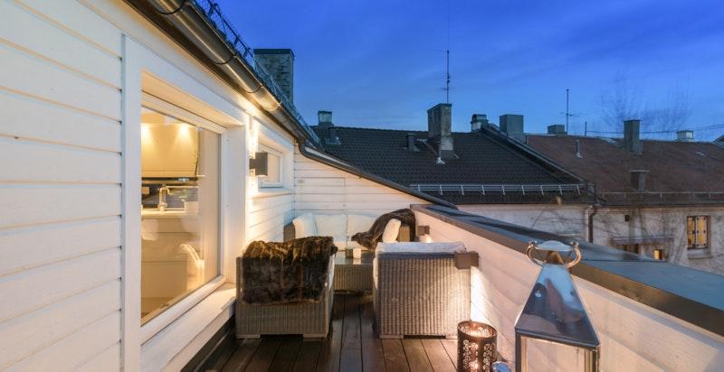Stor og deilig terrasse mot bakgård, her er det sol hele dagen og helt usjenert