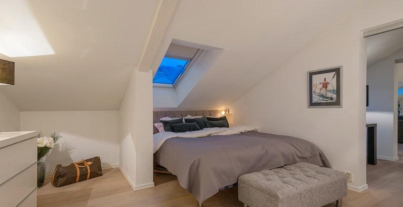 Romslig soverom med hotellsuitefølelse og direkte adkomst til det lekre badet