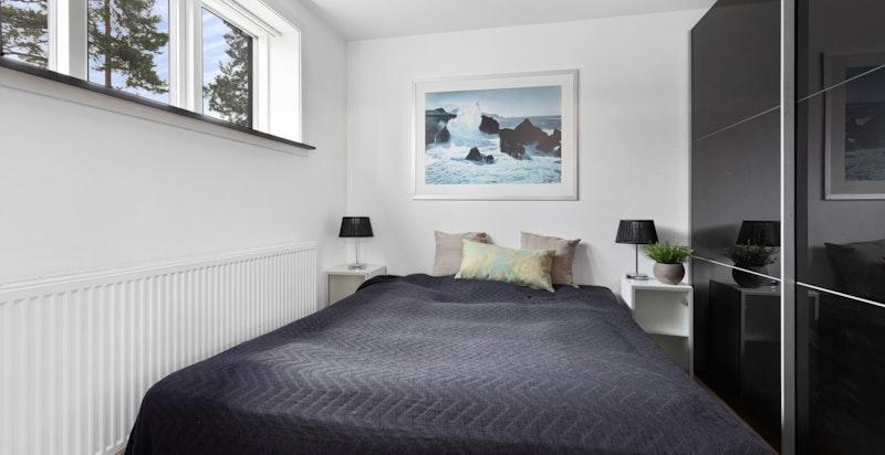 I 1. etasje er det 3 soverom som egner seg godt til barnerom/gjesterom eventuelt kontor.