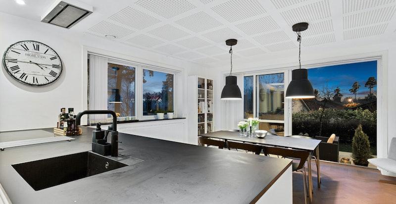 Benkeplater i sort kompakt laminat med nedfelt oppvaskkum i sort kompositt. Kjøkkenet har Quooker fusion 3-I-1 vannkran som gir kokende vann.