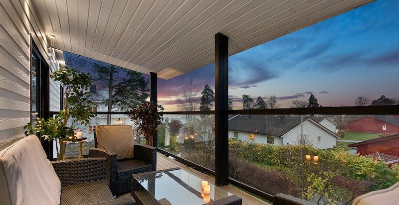 Overbygget balkong i 2. etasje med flott utsikt over nabolaget.