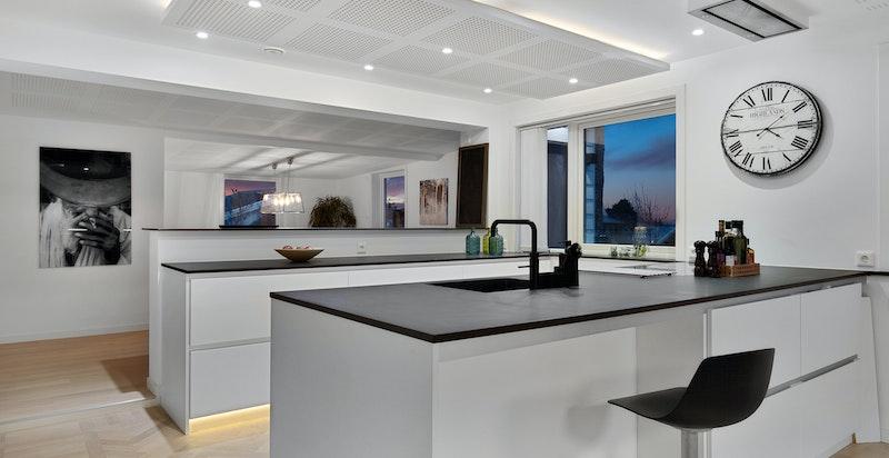 Moderne kjøkken fra Kvik med bl.a. bred induksjonstopp med wifi-tilkobling.