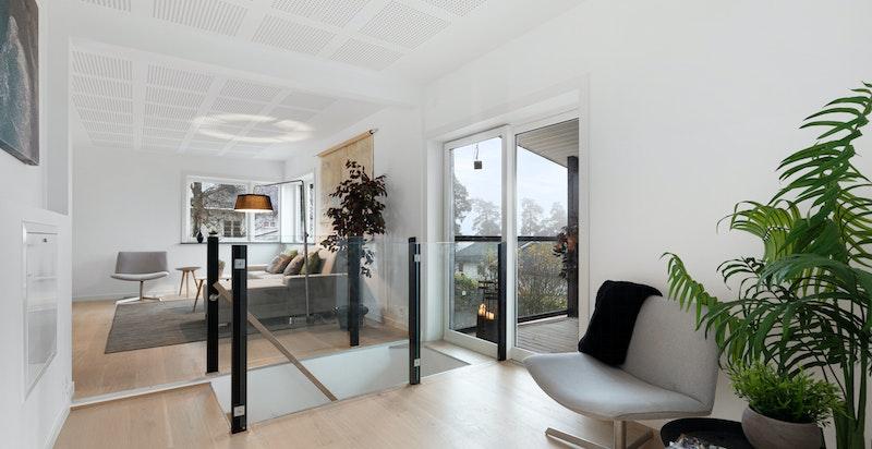 I 2. etasje er det en stor og lys stue med utgang til overbygget balkong med flott utsikt.