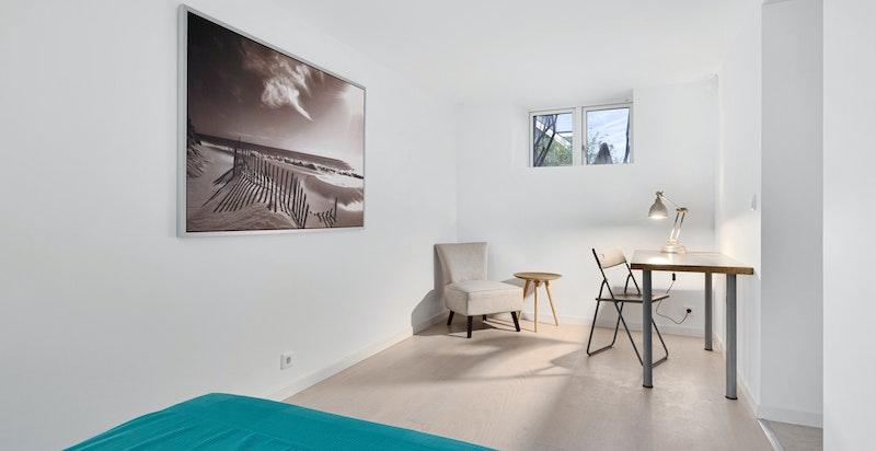 God plass til dobbeltseng, tilhørende nattbord og oppbevaring av klær.