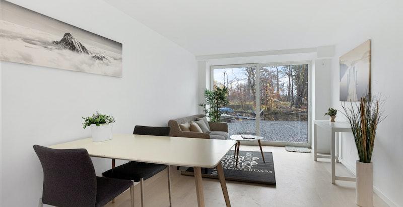 Lys og luftig stue med 1-stavs eikeparket (hybel 1).