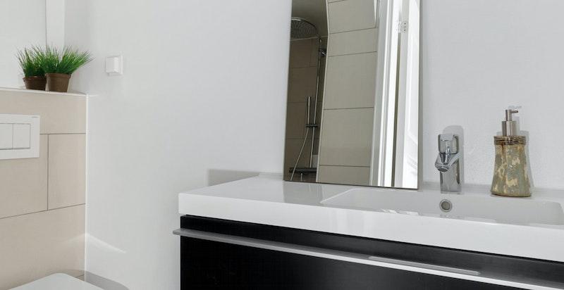 Moderne og flislagt bad med varmekabler (hybel 1).