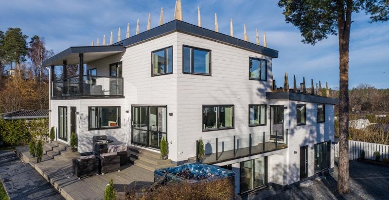 Stor terrasseplatting fra 2019 med plass til flere møbleringsoner utendørs.