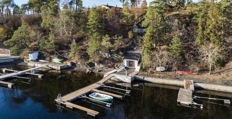Støpt brygge og utlagt flytebrygge med plass til 4 båter.
