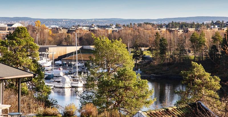 Her bor du i maritime omgivelser med svært kort vei til sjø og turområder.