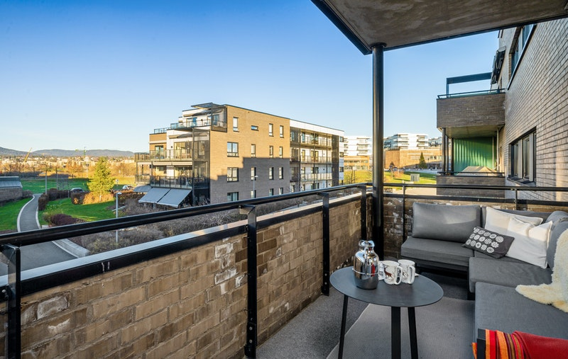 Romslig hjørnebalkong på hele 28 kvm med gode solforhold - sommertid er solen fra 11-12 tiden til rundt 20-tiden inn på balkongen