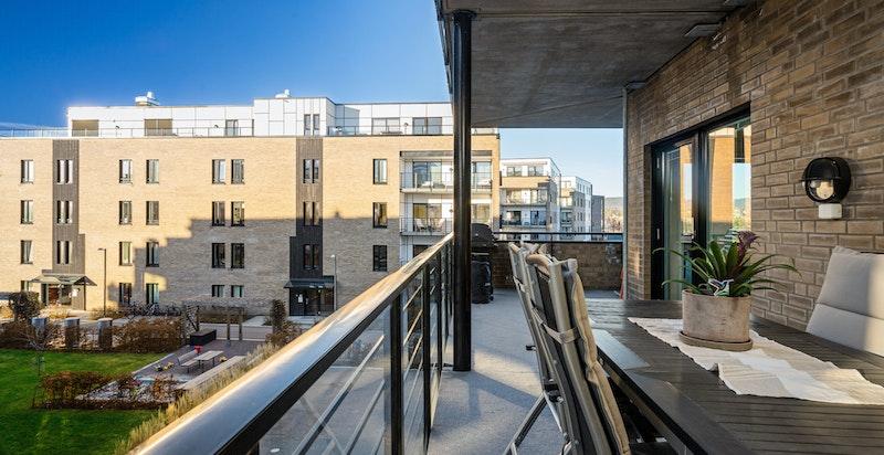 God plass for både spisebord, salong og grill på balkongen.
