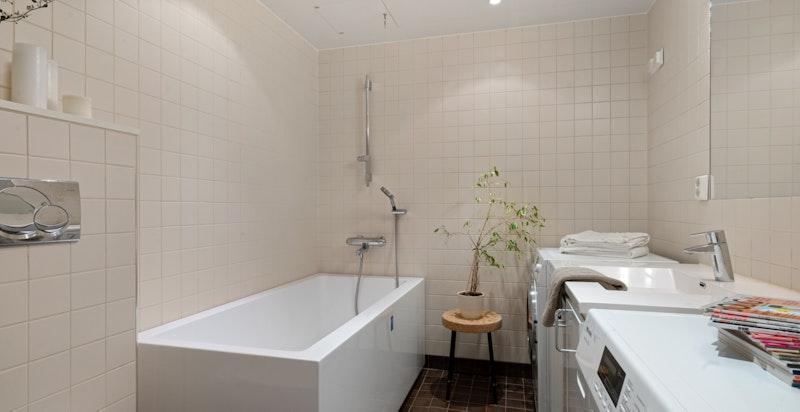 Lekkert bad tilknyttet hovedsoverom. Badekar. Opplegg for vaskemanskin og tørketrommel (finnes også på bad 2)