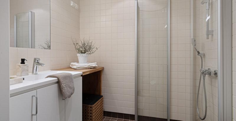 Bad 2 med dusj, wc og opplegg for vaskemaskin og tørketrommel.