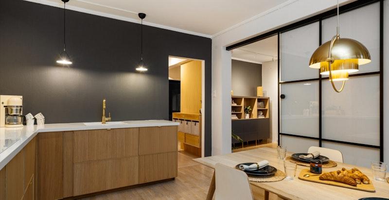 Kjøkkenet er svært moderne og det er et gjennomført nordisk preg på hele leiligheten.