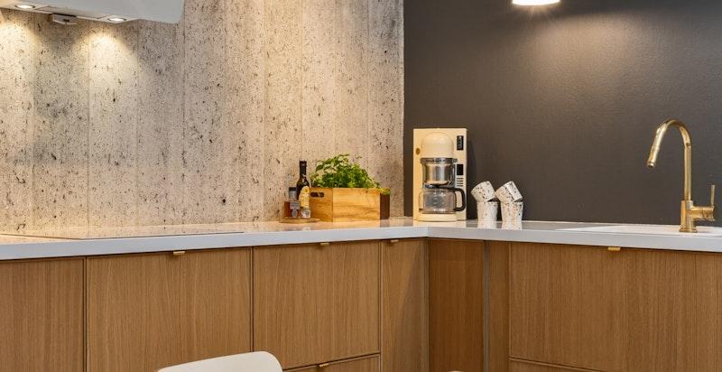 Det er god spiseplass på kjøkkenet for en spisestue med 6-8 stoler.