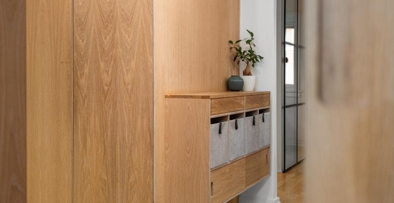 I tillegg har den snekkertilpassede skap og garderober i hele entreen. Her er hver kvadratcentimeter utnyttet til det fulle.