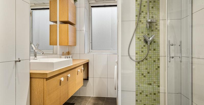 Det er laget plass for vaskemaskin og tørketrommel på baderommet.