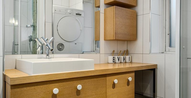 Godt med oppbevaringsplass også på baderommet.
