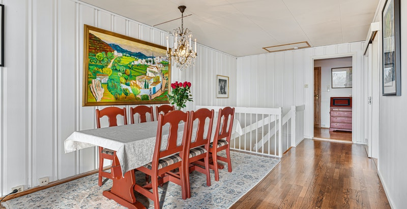 Romslig spisestue i hovedetasje med plass for stort langbord