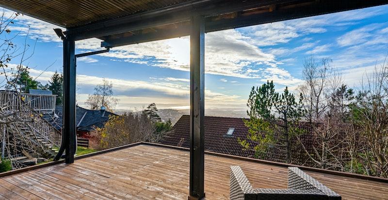 Terrasse ut fra underetasjen med fantastisk fin utsikt og meget gode solforhold