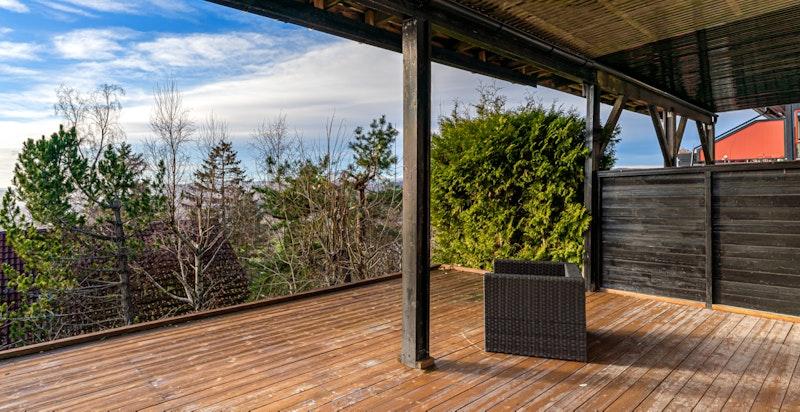 Terrasse med adkomst ut fra underetasjen