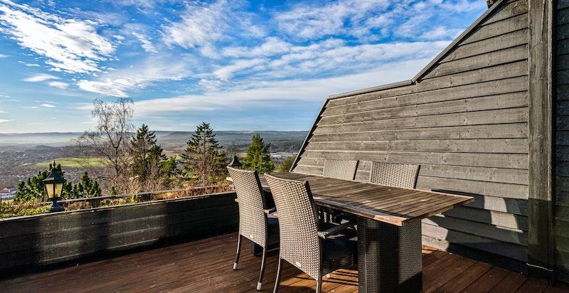 Stor balkong med utgang fra stue i hovedetasje. Fantastisk utsikt og meget gode solforhold