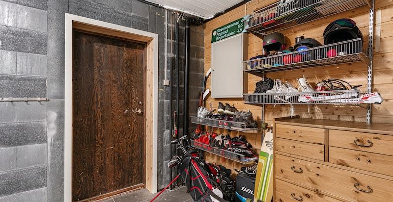 Det er rikelig med boder og lagringsplass i underetasjen. Sikringsskap med automatsikringer