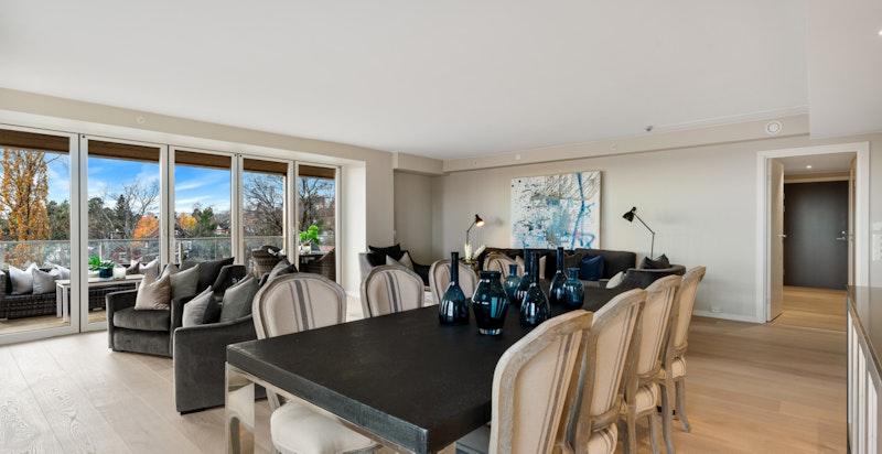 Stuen tilbyr meget god plass for stort spisebord og der man kan være mange til bords