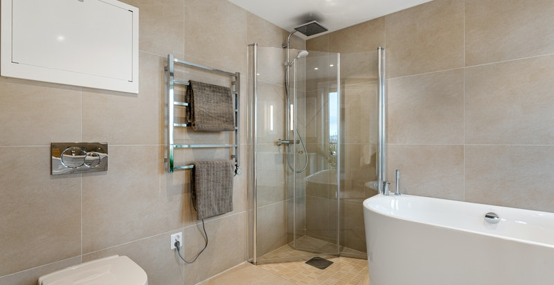 Eget bad tilhørende hovedsoverom. Badekar, håndkletørker og lekker standard.