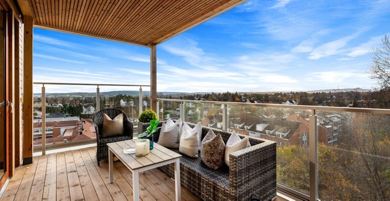 Romslig balkong med en av prosjektets beste solforhold. Her er det flott utsikt og fjordgløtt til Oslofjorden
