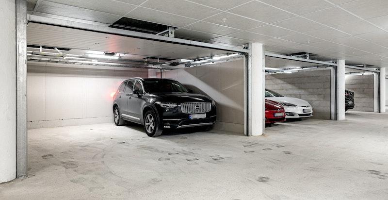 Boligen har direkte innvendig adkomst til dobbeltgarasje med garasjeport og 2 stk elbilladere. Garasjen er ca 30 kvm.