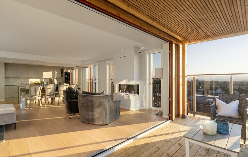 Terrassedør som kan foldes helt opp i 3 deler for at solen kan flomme og stuen og terrassen går i ett