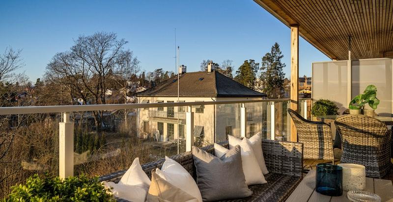 Balkongen byr på god plass og har en lun og solrik beliggenhet. Overbygg som beskytter i ruskevær. God plass for ulike balkong-innredningsmuligheter