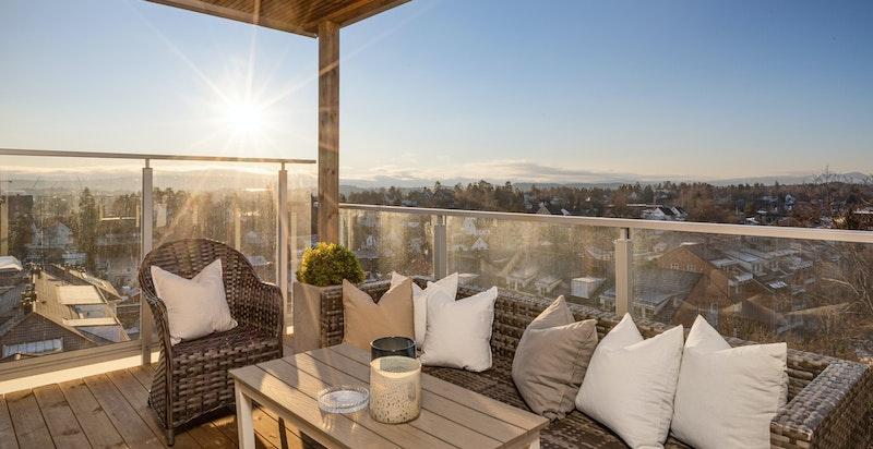 Praktfull påkostet endeleilighet med spektakulær omtrentlig 180 graders utsikt og gode solforhold