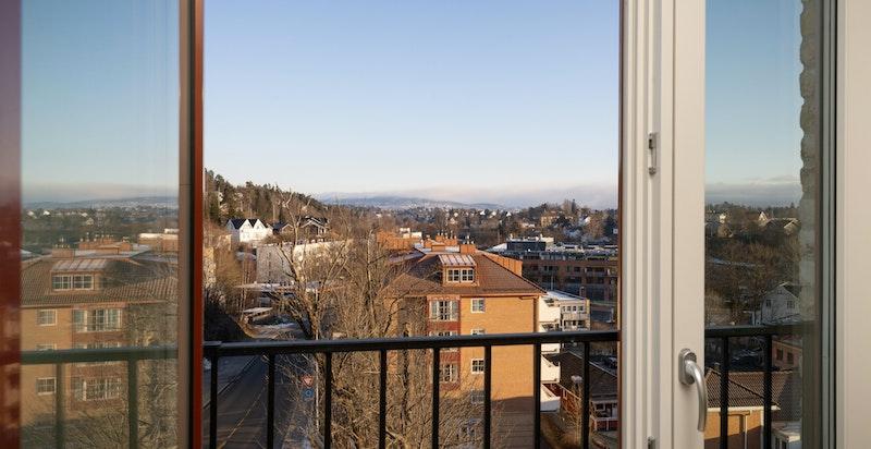 Soverommet har flere store vinduer og fansk balkong med flott utsikt over Oslo-landskapet