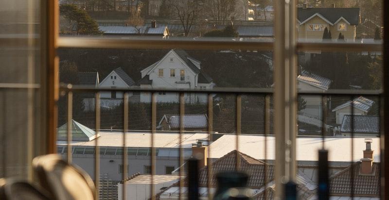 Utsikten fra spisestuen er meget hyggelig (og identisk utsikt fra kjøkken)