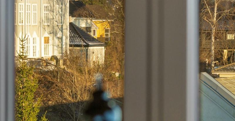Utsikt til Stabekkområdet og tildels Holmenkollen i bakgrunnen fra noen av vinduene på nordsiden