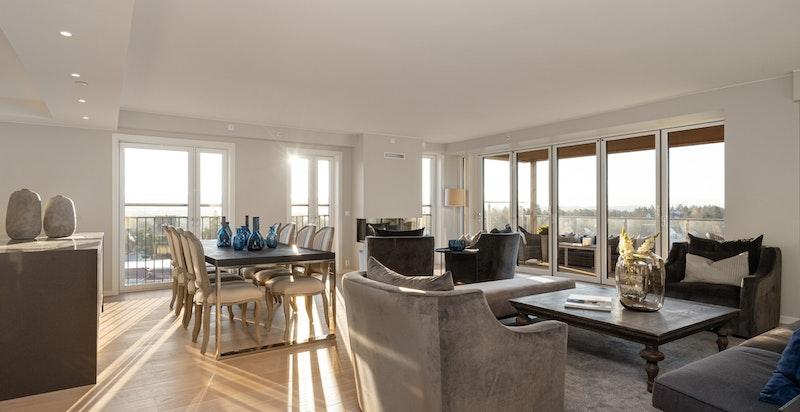 God og romslig hjørnestue med god plass til både salong, peis-krok og stor spisestue