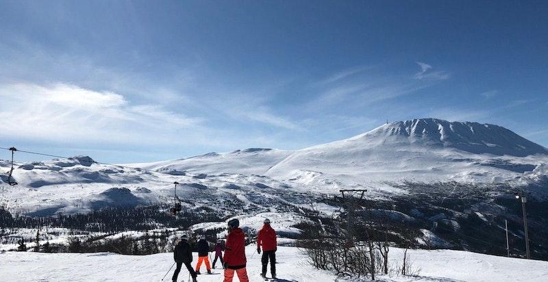 Toreskyrkja og Gaustatoppen sett fra skibakkene på Skipsfjell - bakkene går videre til Toreskyrkja