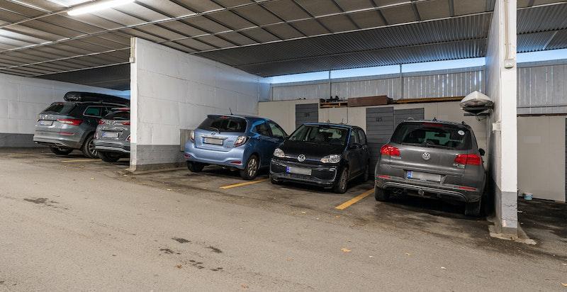 Det medfølger garasjeplass i felles, lukket anlegg.