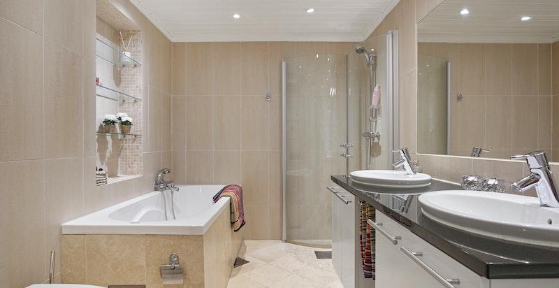 Romslig bad/wc med både badekar og dusj