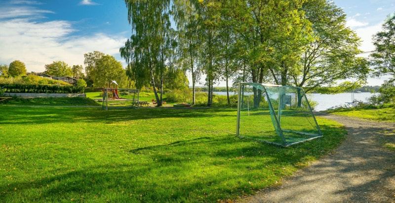 Store friområder med lekeplass/fotballbane rett ved sjøen