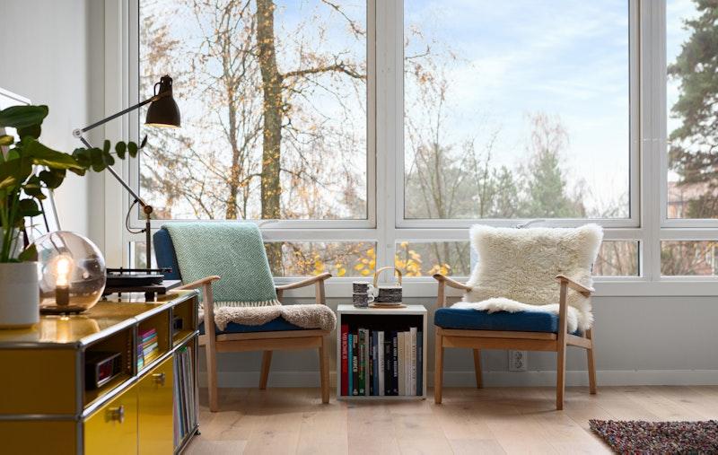 De store vinduene gjør stuen lys og luftig